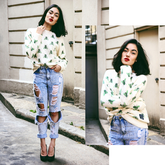 alessandra kamaile blogger sweater ripped jeans mom jeans red lipstick insects missguided