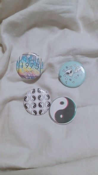 bag backpack pins jacket pins yin yang the 1975 alien choker necklace pin up t-shirt grunge jewelry denim jacket