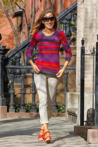 celebritystyleguide blogger shoes jeans sarah jessica parker celebrity sweater pants sandals