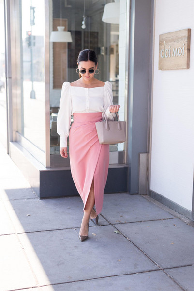 district dress up blogger skirt blouse bag shoes jewels pink skirt handbag pumps white top spring outfits