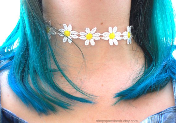 Daisy Choker with Gold Moon Charm  / 90s van shopspacetrash op Etsy
