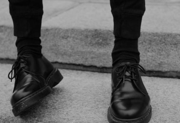 shoes black shoes lace-up shoes tumblr pants trouser pants leggings menswear mens shoes mens pants sweatpants black mens accessories sunglasses DrMartens tall girl