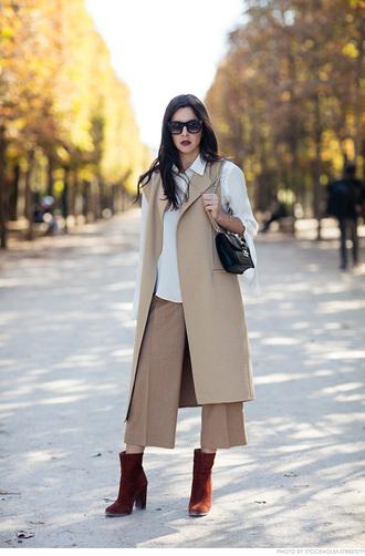 carolines mode blogger sleeveless coat cropped pants burgundy shoes culottes beige