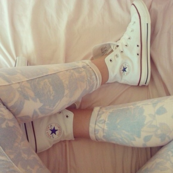 pants printed pants blue, beige cropped pattern jeans flowers floral blue white flower print converse shoes skinny jeans blue jeans cute girly nice pretty patterned jeans