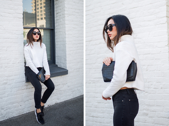 neon blush blogger casual white sweater knitted sweater black jeans black sneakers crocodile pouch