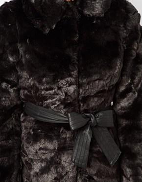Lipsy | Lipsy – Mantel aus Kunstpelz bei ASOS