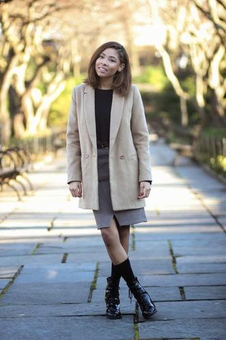 seattle fashion blogger blogger skirt grey skirt black shoes camel coat