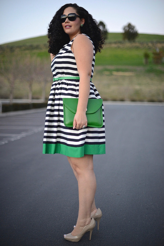 girl with curves blogger curvy plus size dress striped dress pouch nude high heels dress shoes sunglasses jewels bag make-up plus size