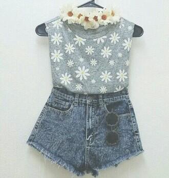 shorts couronne de fleurs blanc fleurie fleurs flowers mini shorts lunnette de soleil sunglasses gris jeans shorts top