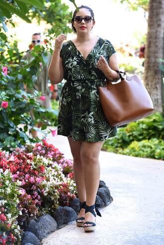 girl with curves blogger dress shoes sunglasses bag palm tree print brown leather bag