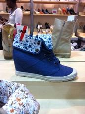 shoes,dark blue shoes,flower pattern inside,white bottom,hidden wedge