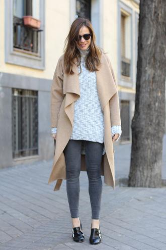 lady addict blogger sunglasses oversized sweater camel coat grey jeans