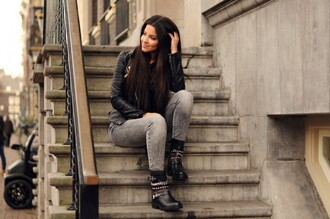 satisfashion blogger grey jeans black boots leather jacket
