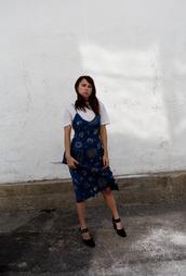 always judging,blogger,dress,shoes,white top,blue dress,slip dress,dress over t-shirt,printed dress,midi dress,blue slip dress,t-shirt,white t-shirt,black high heels,high heels,heels,clutch,realisation par dress