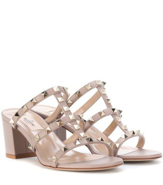 Valentino Garavani Rockstud leather sandals in beige / beige