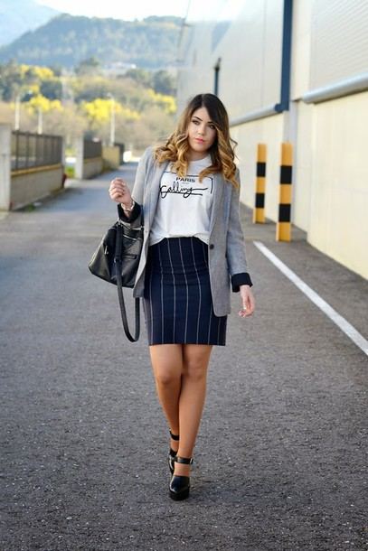 si las calles hablasen blogger t-shirt graphic tee striped skirt blazer grey jacket