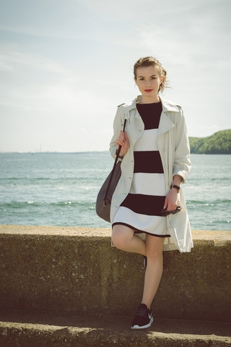 kapuczina blogger trench coat striped dress nike roshe run