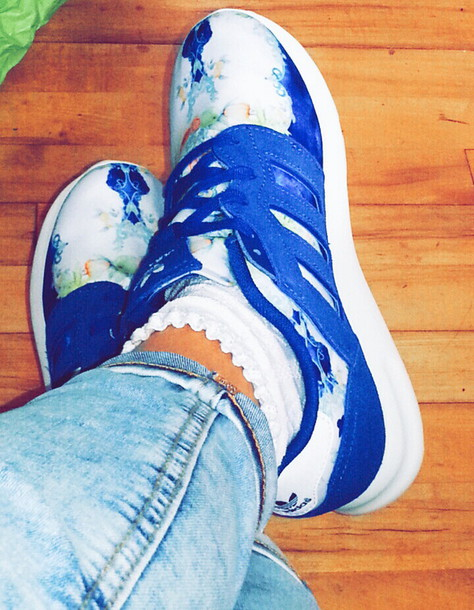 shoes adidas blue skinny jeans blue wash ripped skinny jeans design sports shoes sneakers sneakersaddict sneakers trainers wow blue adidas shoes style floral shoes