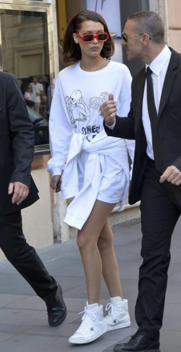 sweater sweatshirt sneakers bella hadid white streetstyle model off-duty