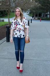 avecamber,blogger,blouse,shoes,bag,jewels,floral top,shoulder bag,skinny jeans