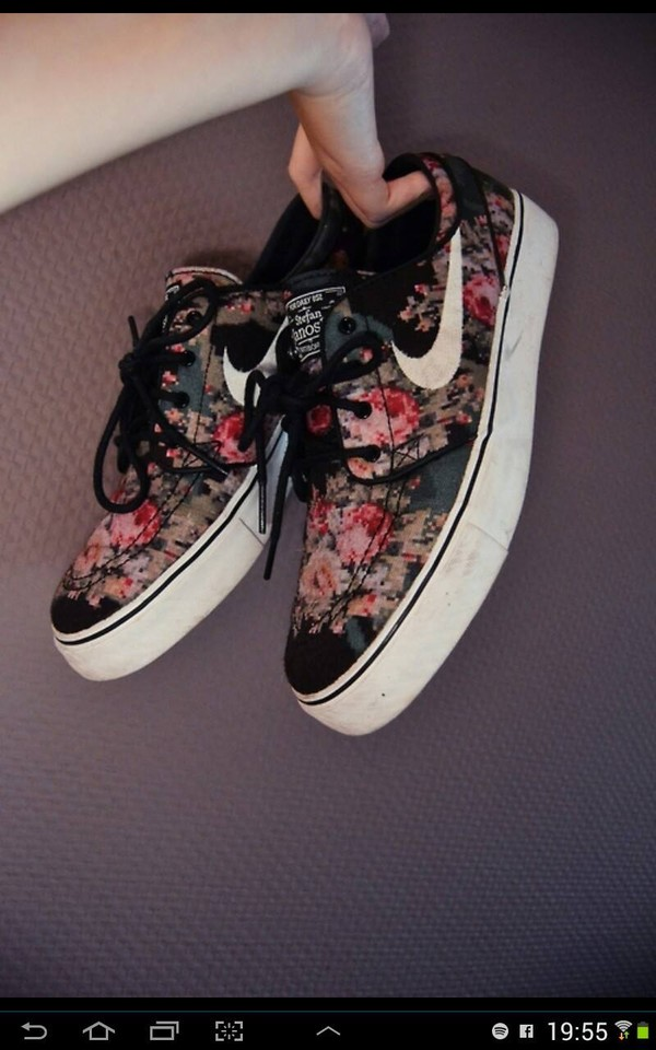 shoes nike nike sneakers floral girly fashion roses flowers nike roshes floral dark low top sneakers nike fleurs