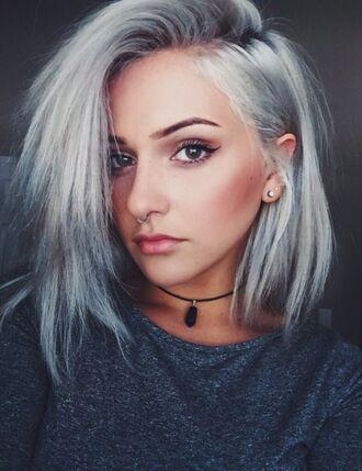 hair accessory long bob silver hair hairstyles black choker choker necklace top grey top make-up eyeliner piercing