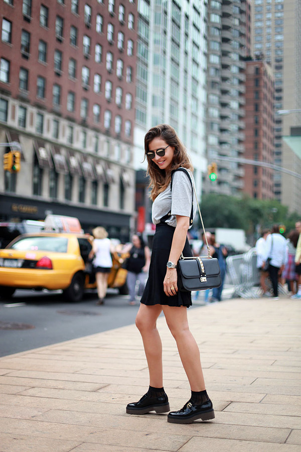lady addict blogger t-shirt sunglasses skirt shoes