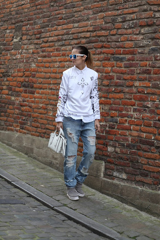 from brussels with love blogger sweater bag jeans