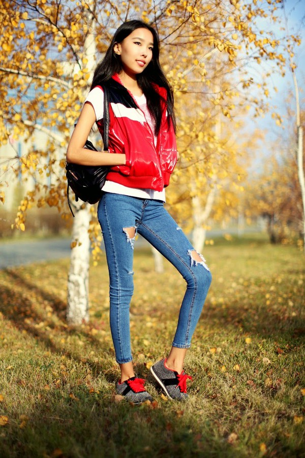 aibina's blog blogger t-shirt jeans jewels ripped jeans sneakers