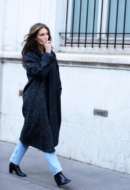 le fashion blogger jeans long coat grey coat charcoal coat tumblr denim blue jeans boots black boots mid heel boots
