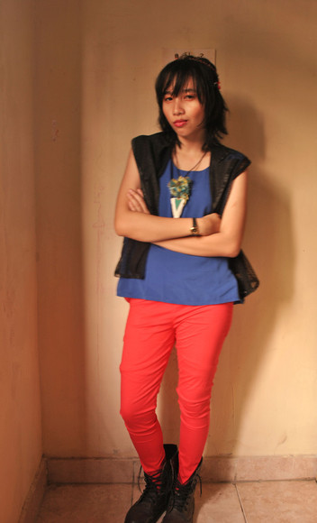 red pants blue top necklace hair accessory black vest DrMartens