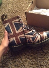 shoes,england,flag,london,boots,boots with laces,lace up boots,cute,DrMartens,less money,london england,cool,grunge boots,grunge,union jack,grunge wishlist,grunge shoes