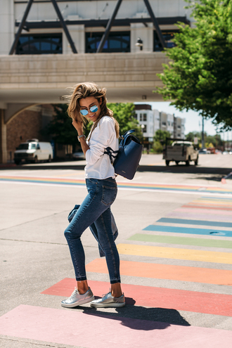 jeans tumblr denim blue jeans skinny jeans backpack top white top stripes striped top sunglasses sneakers silver sneakers metallic bag shoes