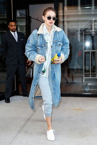jacket shearling denim jacket shearling jacket shearling blue jacket denim jacket denim shirt shirt blue shirt sweatpants cropped sweatpants sneakers low top sneakers white sneakers gigi hadid gigi hadid style sunglasses celebrity style celebrity model model off-duty