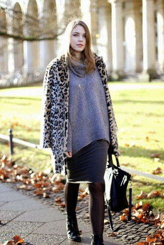 gold schnee blogger coat tights bag grey sweater oversized sweater leopard print winter coat faux fur pencil skirt