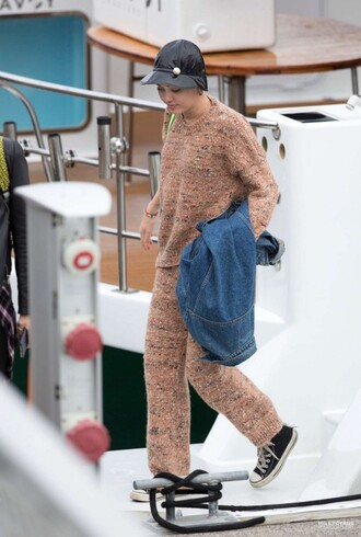 miley cyrus fall outfits pants sweater knitwear