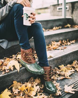 shoes green boots wellies fall outfits tumblr boots flat boots jeans blue jeans starbucks coffee coffee duck boots fall accessories