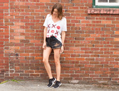 styling my life,blogger,t-shirt,white top,black shorts,ripped jeans,nike,black sneakers,nike sneakers,graphic tee