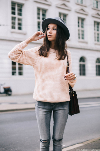 hat grey hat pink sweater grey ripped jeans black bag blogger