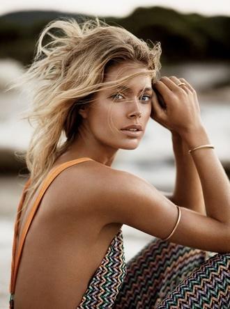 jewels model bracelets doutzen kroes summer beauty natural makeup look dress