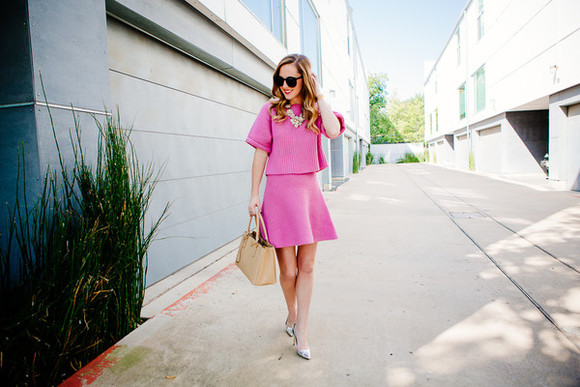 jewels bag pink dress blogger top side smile style make-up sunglasses knitwear