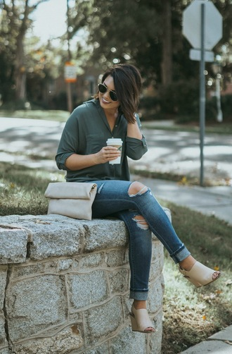 life & messy hair blogger top shoes sunglasses jewels bag clutch fall outfits
