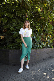 skirt,midi skirt,floral skirt,sneakers,printed t-shirt,earrings