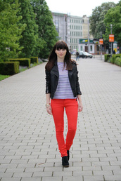 jeans,red jeans,top,striped top,jacket,leather jacket,black jacket,boots,fall outfits,blue white red outfit