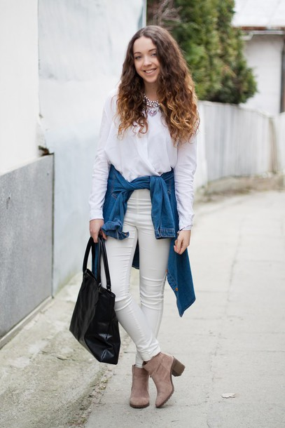 kolorowa dusza blogger white blouse denim shirt tote bag white pants suede boots