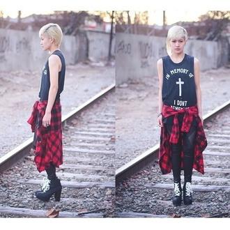 t-shirt black platform shoes blonde girl