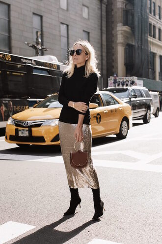 le fashion image blogger gold skirt midi skirt black sweater boots high heels boots new york city travel elegant classy metallic skirt theclosetheroes bag shoes