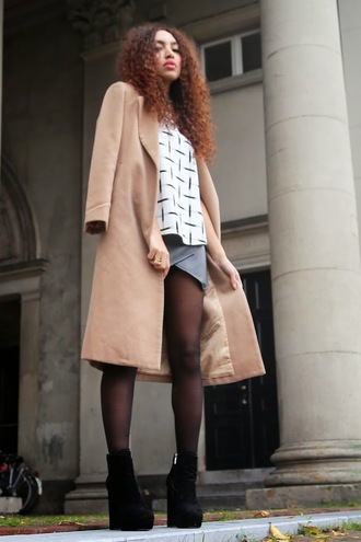from hats to heels blogger top mini skirt camel coat wedges