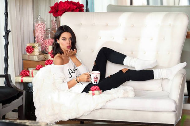 viva luxury blogger sweater holiday home decor off the shoulder sweater black jeans ripped jeans socks