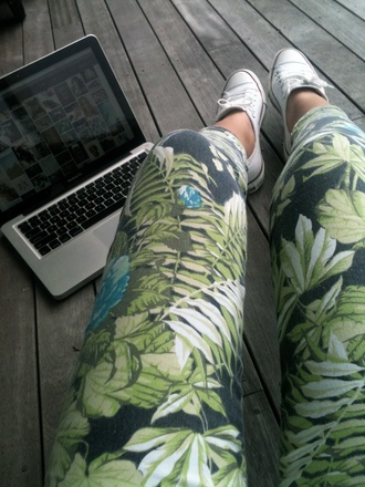 pants leggings tropical printed leggings printed pants flowers jeans green boho cute leaves colorful leggings chuck taylor all stars swag jungle sweet floral tumblr girl leaves print green pants palmes